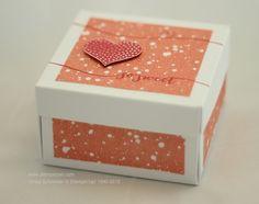 Mit Hilfe des Envelope Punch Boards habe ich diese Explosionsbox mit Deckel gemacht: Hier ist das Anleitungsvideo: Diese Box ist jedoch kleiner, d.h. die Maße des Papieres sind 18cm und die Falz is...