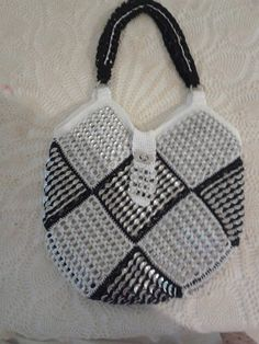 bolso de anillas de lata Soda Tab Crafts, Can Tab Crafts, Bottle Cap Crafts, Crochet Handbags, Crochet Purses, Pop Top Crafts, Pop Tab Purse, Pop Can Tabs, Soda Tabs