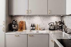 Black windows and black doors Home Kitchens, Kitchen Design, Kitchen Inspirations, Kitchen Renovation, Decor Interior Design, Modern Kitchen, Chic Kitchen, Kitchen Interior, Apartment Kitchen