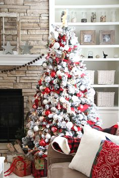 Christmas is coming up and you know what that means. It's time to decorate your christmas tree! Here are 10 elegant Christmas tree decorating ideas to try. Rose Gold Christmas Decorations, Elegant Christmas Trees, Silver Christmas Tree, Christmas Tree Crafts, Christmas Tree Design, Christmas Home, White Christmas, Holiday Tree, Decorate Christmas Tree Like A Pro