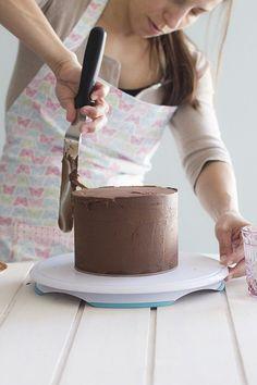 Desde que nos empezamos a interesar en hacer tartas de fondant, el principal problema que se plantea es conseguir una tarta rica, jugosa, y como no, estable que soporte peso y que además tenga una perfección angular para morirse!. Todo…