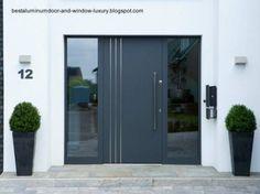 Puerta de aluminio en la entrada a una casa