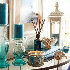 Reserve um cantinho na sua sala para aromatizar o ambiente. Coloque velas perfumadas, difusores ...