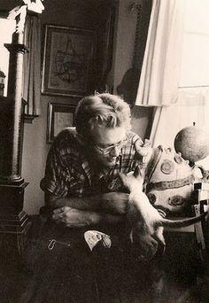 James Dean y su gato siamés Marcus, regalo de su amiga Elizabeth Taylor.