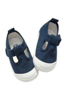 Sandálias: Sandálias em tecido com presilha de velcro lateral e solas de borracha (solas maleáveis nos tamanhos 14/15 e 16/17).