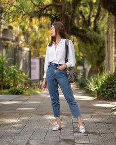 """VITÓRIA PORTES no Instagram: """"Look de ontem, ainda vale postar hoje por aqui? Camisa branca e calça jeans de lavagem tradicional, dupla infalível!! Ando viciada em usar…"""" Look Jean, Mom Jeans, Lifestyle, Fitness, Pants, Instagram, Spring, Fashion, Women's Cropped Jeans"""