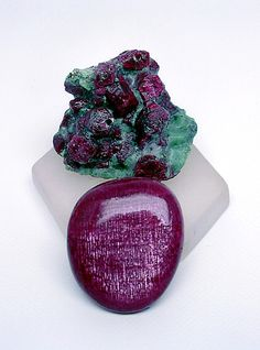 http://rubies.work/0337-sapphire-ring/ A fine Longido (Tanzania) ruby cabochon flanked by Longido ruby crystals in a green zoisite matrix. Photo courtesy of Edward Swoboda.