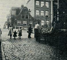 Amsterdam Jordaan: brug over de Lauriergracht, zicht vanuit Hazenstraat richting 2de Laurierdwarsstraat