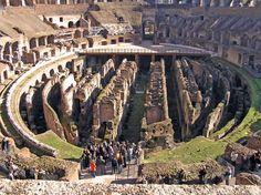 El graderío del Coliseo (Anfiteatro de Flavio) podía acoger a 50.000 espectadores, estaba estructurado en 'gradus', niveles que diferenciaban a las clases sociales - a medida que se ascendía se situaban los estratos inferiores de la sociedad -. La estructura consistía: Podium, Maenianum Primun, Maenianum Secundum (subdividido en Imun y Summum) y Maenianum Summum in Ligneis-.  - El Podium era el primer nivel, lugar donde se sentaban los senadores, magistrados, sacerdotes y las vestales. En…