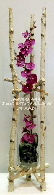 Living Contrast: Dried birch branches and artificial phalaenopsis orchids. Arte Floral, Deco Floral, Wedding Flower Arrangements, Floral Centerpieces, Floral Arrangements, Ikebana, Rare Flowers, Beautiful Flowers, Tree Branch Crafts