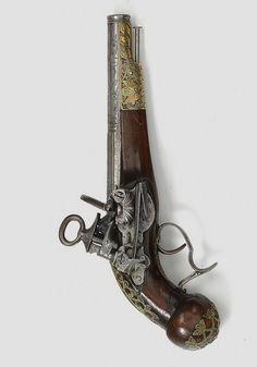 """Pistola amb empunyadura o curenya de """"Pom rodó"""" i guardacaps  típics de les armes catalanes, a més a més del pany miquelet. Possiblement d'inicis del 1700."""