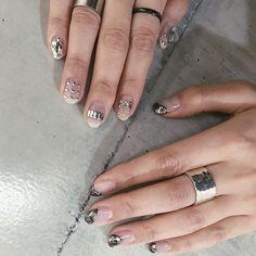ᴹᴵᴷᴵᴺᴼ ᵞ ᴼᴺᴬᙚ ᴴᴵᴿᴼ 𓂅さんはInstagramを利用しています:「・ ・ ❦ metallic × TOGA 𓂅 ・ TOGAっぽく おまかせでと 私の片手のボコボコメタリックを お揃いで クリアベースの メタリック感 たっぷりネイル 。 最強に 可愛い 、、 次 、私もこれしたい ꪜ ・ ・ さて 、明日から 2019年の…」 Kiss Glue On Nails, Kiss Nails, Hot Nails, Gel Manicure Nails, Matte Nails, Garra, Impress Nails Press On, Coffin Press On Nails, Nails Only