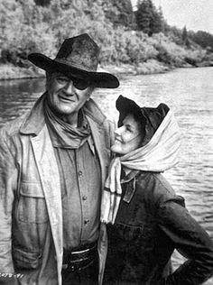 """John Wayne y Katharine Hepburn en""""El rifle y la biblia"""", 1975"""