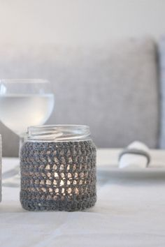 crochet jar cover - for candles? Crochet Home, Love Crochet, Crochet Crafts, Crochet Yarn, Yarn Crafts, Crochet Projects, Simple Crochet, Crochet Ideas, Diy Couture