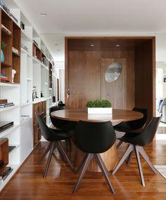 Com a família aumentando e as filhas crescendo, os proprietários desse apartamento de 115 m², localizado no Brooklin, em São Paulo, sentiram a necessidade de uma mudança. De início, eles tinham vontade de modificar apenas a sala, que estava pequena demais para acomodar os cinco com conforto – o espaço ficava ainda mais apertado com …