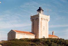 Méditerrannée - Phare du Grand Rouveau sur l'île du Grand Rouveau de l'archipel des Embiez Six-Fours-les-Plages (Var) - Coordonnées 43°04′49″N / 5°46′03″E - Feux : Feu blanc à 2 occultations toutes les 6 secondes