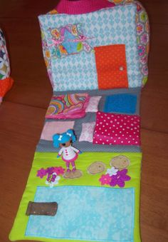 Sew Kansas: Portable Dollhouse (Just an idea, no pattern) Kwik Sew Patterns, Purse Patterns, Old Quilts, Baby Quilts, Picnic Blanket, Outdoor Blanket, Halloween 4, Joann Fabrics, Diy Toys