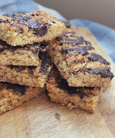 Refuel your runs with this nutrient-packed coconut and chocolate flapjack recipe. Baked with healthy coconut oil, fibre-filled oats and decadent dark chocolate, it's sure to perk you up - Runner's World No Bake Desserts, Delicious Desserts, Chocolate Flapjacks, Yummy Things To Bake, Flapjack Recipe, Baking Tins, Protein Snacks, Healthy Treats, Healthy Recipes