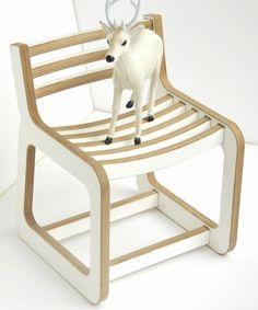 Chaise enfant design Unto This last blanc et bois  une bonne manière de pallier au bois cintré ;)