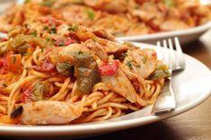 Aprende a preparar spaghetti con pollo con esta rica y fácil receta. Un plato suculento, ¿verdad? ¡Pues cocinarlo en casa es muy sencillo! Con las instrucciones que...