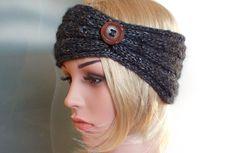 Stirnband MONA -  dunkelgrau - Alpaka Seide - Handgearbeitetes Stirnband, gestrickt im Turban-Style in edlem Alpaka-Seide-Mix mit Zopfmuster. Ein großer Holzknopf ziert die seitliche Raffung des Stirnbands.  MONA gibt es in unserem Shop noch in anderen Farben.