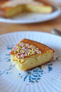 Voilà une recette très facile et bien citronnée, qui part d'une base de gâteau au yaourt. J'ai pris de la farine d'épeautre car le père Noël en a glissé 1kg sous le sapin, mais de la farine de blé marcherait bien aussi, ainsi que des citrons normaux. Je ne sais pas si c'est la farine, le citron ou l
