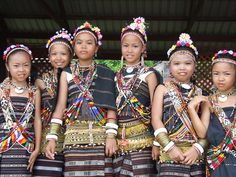 Ethnic attire of Borneo, Sabah, Malaysia. Vietnam Costume, Indigenous Tribes, Tribal People, Thinking Day, People Around The World, Traditional Dresses, Culture, Children, Languages