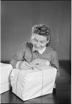 """Lotta Sirkka-Liisa Pohjalainen laittamassa lahjapakettia """"""""sinne jonnekin"""""""".  Helsinki 1942.06.28. SA-kuva."""