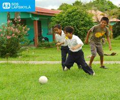 Lapsia pelaamassa SOS-lapsikylässä Panamassa. Taustalla näkyy kylän koteja. #jalkapallo #SOS-Lapsikylä #Panama