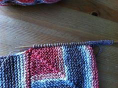 Babydecke - Anleitung - kreatives-tohuwabohus Webseite! Knitting Squares, Baby Knitting Patterns, Free Knitting, Sewing Material, How To Make Clothes, Types Of Yarn, Free Baby Stuff, Knitted Blankets, Knitting Projects