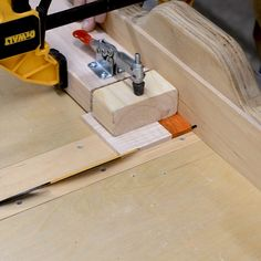 I have upgraded my miter / dado sled to accept operations. Combine this with a stop block with a toggle clamp and it& a nice safe way to cut 45 ° angles for boxes etc. wood projects projects diy projects for beginners projects ideas projects plans Woodworking Hand Tools, Woodworking For Kids, Wood Tools, Woodworking Workshop, Woodworking Techniques, Woodworking Projects Diy, Woodworking Videos, Woodworking Shop, Woodworking Plans
