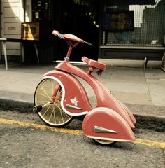 Pink tricycle, art deco styling. This is amazing! I wish they made them in my size!!