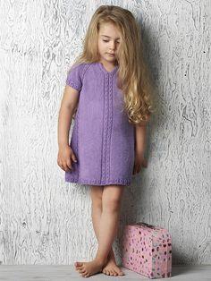 Strikkeopskrift på fin kjole med hulsnoninger til sommerpigen. God til leg og sjov både inde og ude!