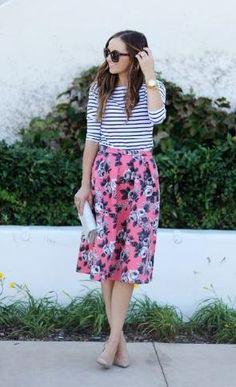 ピンクの花柄フレアスカートとボーダー着こなしコーディネート