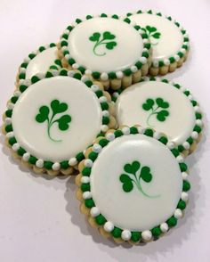 "Shamrock Cookies patricks day sayings 24 St. Patrick's Day Desserts to Make you Say ""I Love Baking"" - Hike n Dip Cookies Cupcake, St Patrick's Day Cookies, Super Cookies, Fancy Cookies, Iced Cookies, Easter Cookies, Royal Icing Cookies, Cookies Et Biscuits, Holiday Cookies"