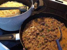 Spaghetti jauhelihakastiketta & valkosipulia omasta kasvimaasta