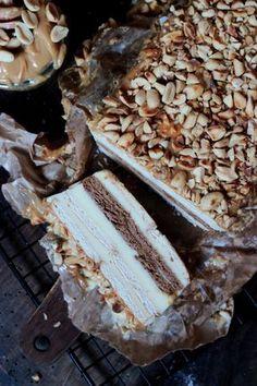 Dziś mam dla Was przepis na GENIALNE ( ale to GENIALNE ) ciasto bez pieczenia - z kremem z mleka w proszku, masą kajmakową i chrupiącymi orzeszkami ziemnymi.Prawdziwe niebo w gębie!Koniecznie spróbujcie! Polish Desserts, Cold Desserts, Polish Recipes, Cookie Desserts, Delicious Desserts, Polish Food, Cake Recipes, Snack Recipes, Dessert Recipes