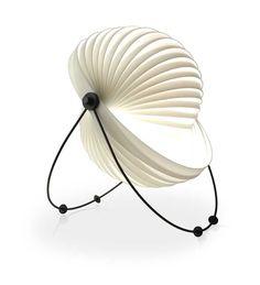 Longe do mercado brasileiro há três anos, a luminária Eclipse está de volta ao Brasil, importada da Europa com exclusividade pela Futon Company. Desenhada em 1982 pelo designer Maurício Klabin (195…