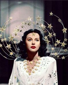 """Recomendación 🍿♥️🤜🏻🎬""""Hedy Lamarr, fue una reconocida actriz e inventora austríaca considerada popularmente como una de las actrices más bellas de Hollywood, Hedy Lamarr fue además una genial inventora que desarrolló, entre otras cosas, el wifi. De hecho, en Austria, el Día del Inventor se celebra el 9 de noviembre en su honor."""" . La descripción es muy poco para lo importante que fue su invento y el poco reconocimiento que tuvo. Vale la pena ver este documental y conocer todos los… Sugar Skull Halloween, Halloween Costumes For Bffs, Halloween Costume Contest, Halloween Makeup, Karneval Diy, Coachella Makeup, Ziegfeld Girls, Vintage, Hedy Lamarr"""