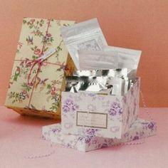 結婚式の引き出物として人気の、「SpecialBox(スペシャルボックス)」です。10種類のティーパックと、3種類のお茶を使ったお菓子のセットです。受け取った方にもきっと喜んでいただけるはずです。