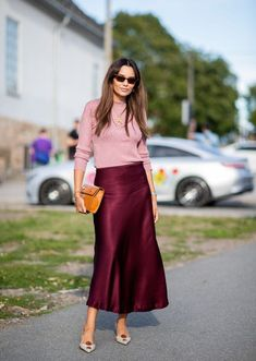 Oslo Fashion Week: the Scandi street style looks to be inspired by now Pale pink sweater, berry silk long skirt and pointy toe heels. Midi Rock Outfit, Midi Skirt Outfit, Casual Skirt Outfits, Basic Outfits, Fall Outfits, Fashion Outfits, Womens Fashion, Slip Skirts, Fall Skirts