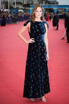 Ana Girardot en robe et escarpins Valentino de la collection automne-hiver…