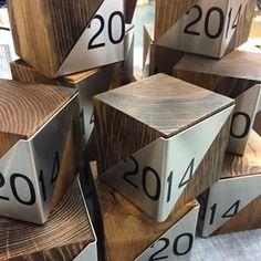 fresh and clean, wood and metal. Wayfinding Signage, Signage Design, Trophy Maker, Wooden Award, Coffee House Decor, Diy Trophy, Award Display, Trophy Design, Banquet