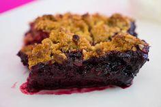 Crumble de Frutos Vermelhos com Aveia e Amêndoa | SaborIntenso.com Desserts, 1, Conch Fritters, Oatmeal, Dessert Ideas, Sweet Recipes, Rouge, Easy Desert, Pie Cake