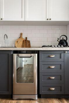 COZINHA: armários cinzas e revestimento metro white