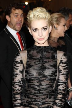 Joshua Jackson and Anne Hathaway. | The 28 Best Celebrity Photobombs Of The Year