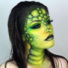 Makeup Tutorial to Transform your Face Serpent. Makeup Tutorial to Transform your Face, see the video on our site. By Giulianna Maria. Amazing Halloween Makeup, Halloween Looks, Halloween Face Makeup, Scary Halloween, Sfx Makeup, Airbrush Makeup, Makeup Art, Makeup Remover, Fantasy Make Up