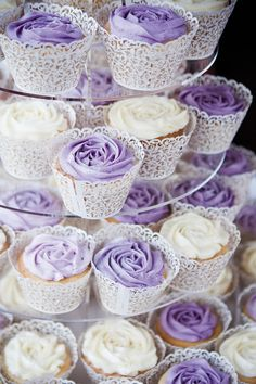 Hochzeitstorten lila A gorgeous purple country garden wedding from Alex and James iDeen Purple Cupcakes, Purple Desserts, Lavender Cupcakes, Flower Cupcakes, Lavender Roses, Birthday Cupcakes, Garden Cupcakes, Lavender Cake, Purple Wedding Cakes
