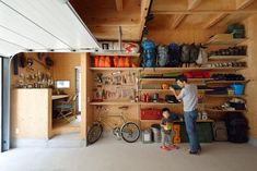 土地の候補が見つかるも、本当にこれで決めていいのか分からない。ヒントを求めていらっしゃったOZONEで、建物と土地の概算金額を知り、一気に家づくりが加速しました。工務店と協力して、ご主人がDIYでつくった、キャンプや釣りなどのアウトドア用品の収納棚が圧巻!の家です。 Garage Shop, Garage House, Diy Garage, Garage Storage, Small Apartment Interior, Garage Interior, Home Room Design, House Design, Warehouse Renovation