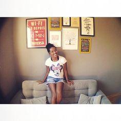 Nada como começar a semana encontrando uma parede - e uma dona de uma parede - tão felizes com nossos quadros. Essa é a @veronica_gomes que junto com o @brunofelipe16 fizeram essa composição linda com várias cores e formatos diferentes que enchem de amor o cantinho dos dois!  - Veronica e Bruno estamos adorando o #ape505 cada detalhe cada carinho que vocês depositam aí.  - Vista a sua casa para 2017. http://ift.tt/1dqyBxz - #nacasadajoana #abaixoasparedesvazias #pôster #posters #quadros…